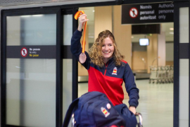 Cristina Ferrer luce su medalla de bronce a su llegada a Ibiza (Fotos: Daniel Espinosa).