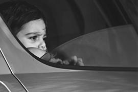 Detenidos unos padres por dejar a su hijo en un coche para ir de fiesta