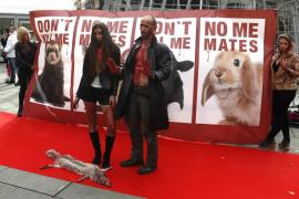 Pasarela con ropa manchada de sangre contra la industria peletera en Madrid