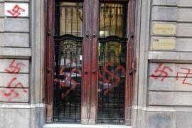 Pintan la sede de Òmnium con esvásticas nazis