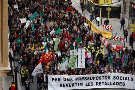 Empleados públicos y estudiantes protestan contra los recortes del Govern catalán