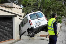 Una furgoneta se empotra contra los apartamentos Es Fortí en el Port d'Andratx