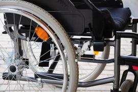 Silla de ruedas para un niño con parálisis cerebral