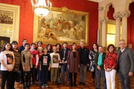 Paco Lobatón junto a familiares de desaparecidos en Mallorca