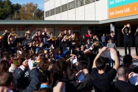 Unas 150 personas rompen a la vez banderas de España en la UAB