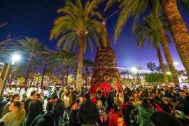 Los escolares hacen brillar el inicio de la Navidad en Sant Antoni