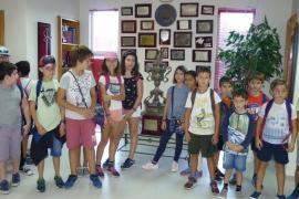 Alumnes del Col. Mare de Dèu de la Consolació de S'Alqueria Blanca visitaren RCD Mallorca i Grup Serra