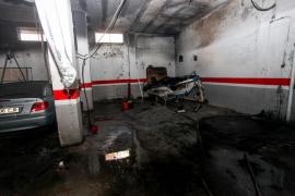 Sale de la UCI el herido más grave en el incendio de un barco que estaba en un garaje de Playa Pinet