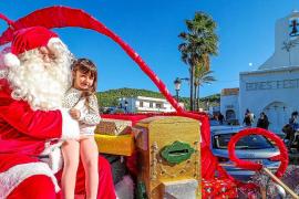 Papá Noel se adelanta a la Navidad y visita a los 'peques' en Sant Carles