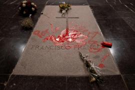 Detenido un hombre tras pintar la tumba de Franco en el Valle de los Caídos