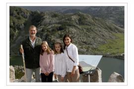 Los Reyes Felipe y Letizia, junto a sus hijas, Leonor y Sofía, en los lagos de Covadonga