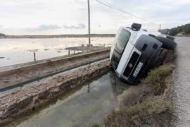 Una furgoneta vuelca en uno de los canales de ses Salines
