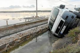 Una furgoneta acaba semivolcada en el interior de uno de los canales de ses Salines