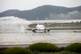 La llegada de la pasajera 8 millones al aeropuerto de Ibiza, en imágenes (Fotos: Daniel Espinosa).