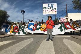 Más de 200 asistentes a la marcha claman por la escuela de Sant Ferran