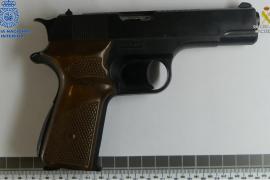 Pistola requisada a los dos hombres detenidos por intentar degollar a su jefe