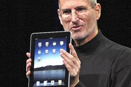 El consejero delegado de Apple, Steve Jobs, muestra su esperado ordenador tipo tabla
