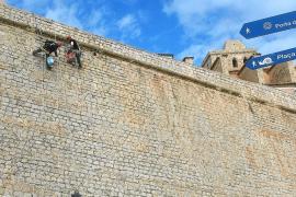Los trabajos de mantenimiento de las murallas de Dalt Vila ya están al 40 %