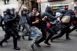 Mossos de Esquadra frente a simpatizantes independentistas