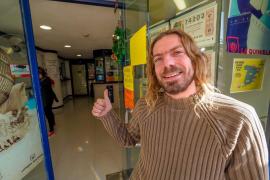 La alegría compartida por la Lotería de Navidad, en imágenes (Fotos: Marcelo Sastre e Isaac Vaquer)