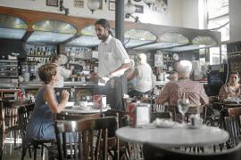 Los bares tradicionales luchan por mantenerse a flote