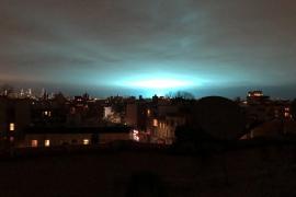 Una explosión tiñe de azul el cielo en Nueva York