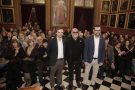 Biel Mesquida, entre Llorenç Carrió y Antoni Noguera, en la sala de plenos