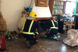 Bomberos de Formentera sofocan un incendio en la chimenea de una casa