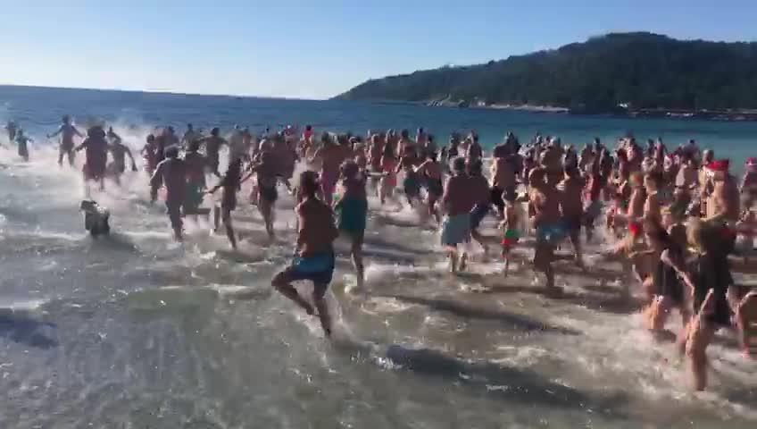 Ses Salines recibe una avalancha de bañistas para dar la bienvenida a 2019