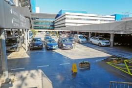 Usuarios del aparcamiento del Hospital Can Misses celebran su gratuidad