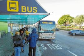 Usuarios piden mejores frecuencias de bus y critican la falta de taxis en el aeropuerto de Ibiza