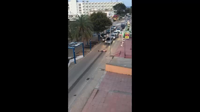 Vídeo | El británico borracho que cortó el tráfico en Cala de Bou se lleva el Premio Bambo al más torpe