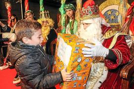 De Oriente a Santa Eulària llenos de caramelos, regalos e ilusión