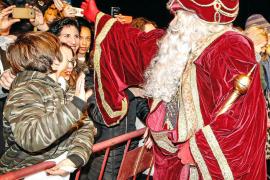Baño de masas de los Reyes Magos en la ciudad de Ibiza
