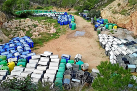 Los contenedores de basura viejos de Sant Antoni continúan amontonados en Can Coix
