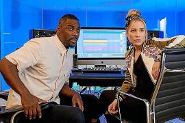 Idris Elba y Piper Perabo, en una escena de Turn up Charlie