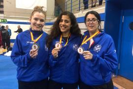 Cristina Ferrer, Maite Villacorta y Cristina Juan posan con sus medallas.