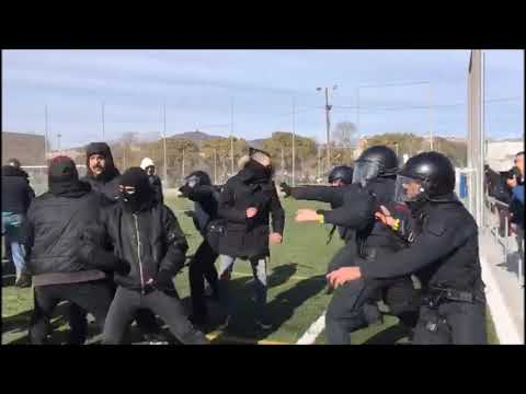 Los Mossos expulsan a unos manifestantes que habían entrado a un acto de Vox