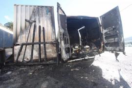 Los bomberos extinguen un aparatoso incendio en un restaurante de Cala Tarida
