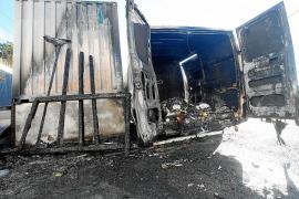 Los bomberos extinguen un aparatoso incendio declarado en un restaurante de Cala Tarida