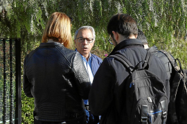 Un vecino de Las Palmeras atiende a los periodistas