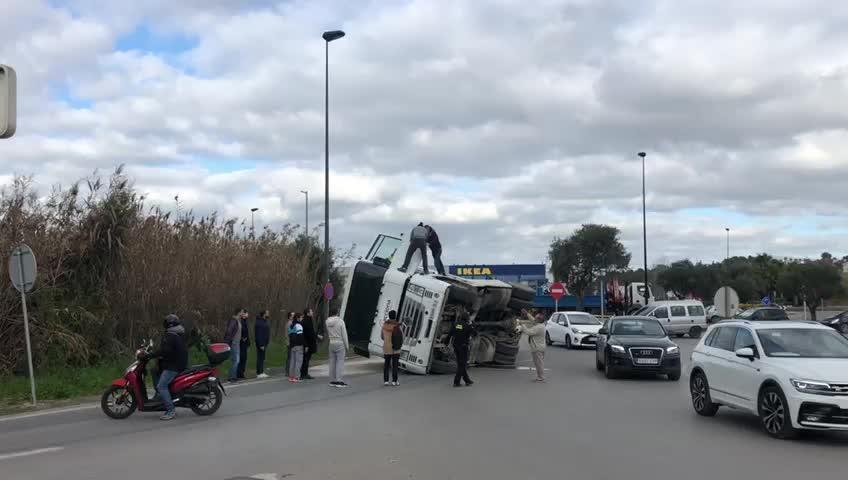 Cuatro horas de colapso en la rotonda de los Podencos por el vuelco de un camión