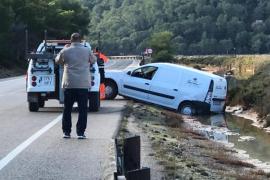 Una furgoneta cae a un canal de ses Salines