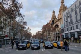 Los taxistas de Barcelona mantienen el paro y el bloqueo de la Gran Via