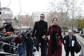 Cristiano Ronaldo hace el 'paseíllo' y firma autógrafos a su llegada a la Audiencia de Madrid
