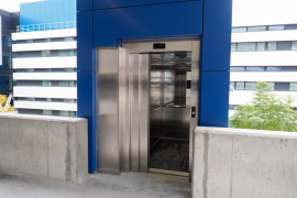 Entra en funcionamiento el ascensor que conecta el hospital con el aparcamiento