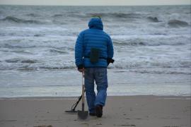 Un hombre vendía joyas que localizaba en las playas de Mahón con un detector de metales