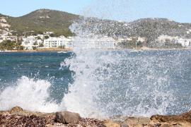 Alerta naranja en las Pitiusas por olas de tres a cuatro metros