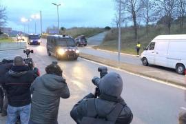 Los presos soberanistas llegan a la cárcel de Brians 2, desde donde irán con la Guardia Civil a Madrid
