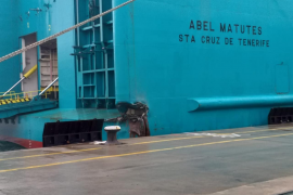 Un ferry de Baleària choca contra el muelle del puerto de Ibiza